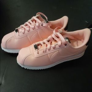 Pink NIKEs!  🔥👟